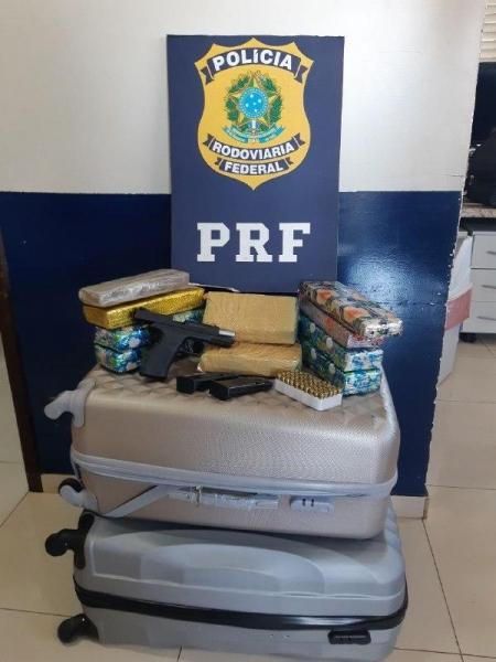 O preso foi enquadrado nos crimes de posse ou porte ilegal de arma de fogo de uso restrito, Falsificação de documento público, tráfico de drogas, comércio ilegal de arma de fogo.(Foto: PRF)