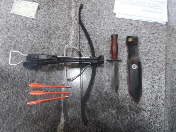 Armas apreendidas com o professor na secretaria — Foto: Reprodução/Polícia Militar