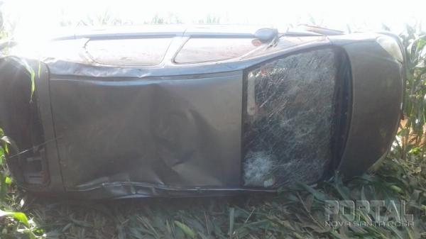 O veículo foi abandonado após capotar. (Fotos: Colaborador)